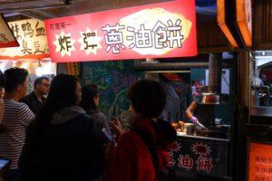 東大門市場で行列ができていた炸弾葱油餅