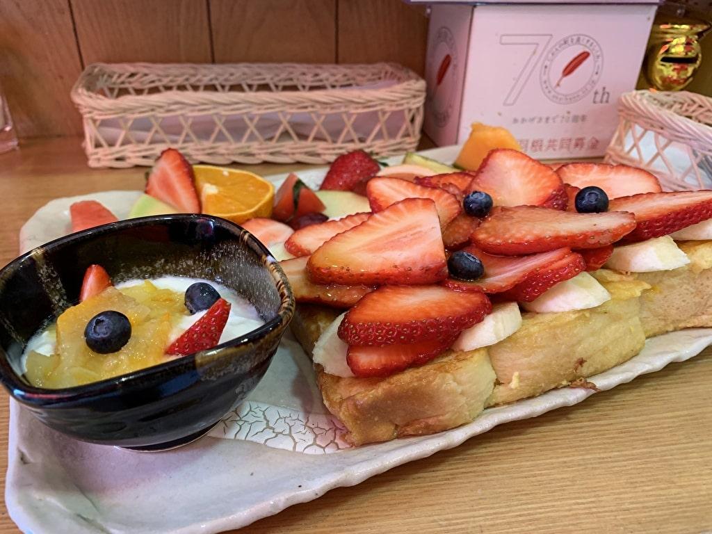 Top fruit Yaobun French toast close-up
