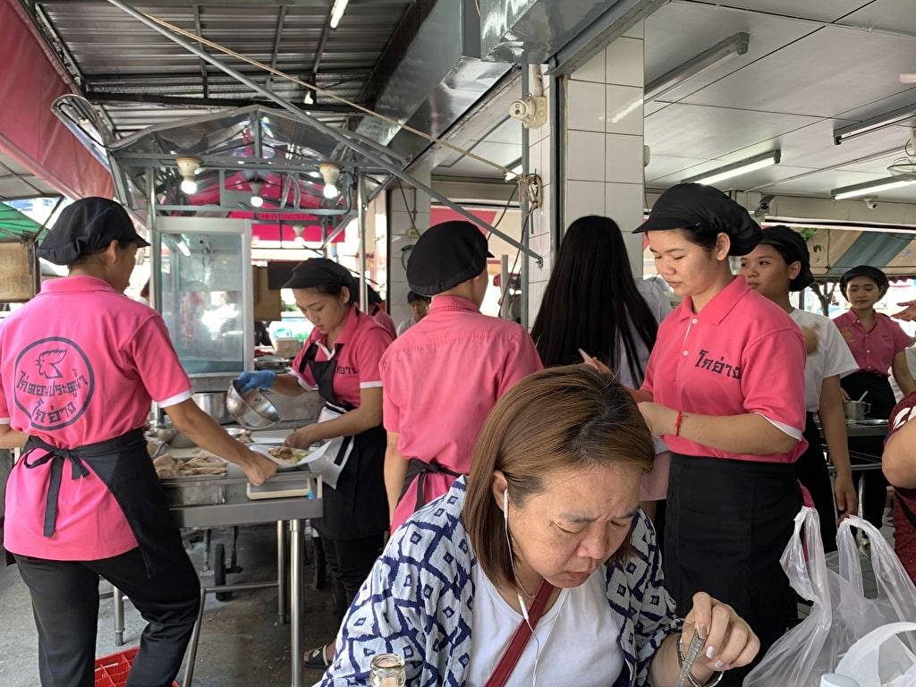 ピンクのカオマンガイ店内2