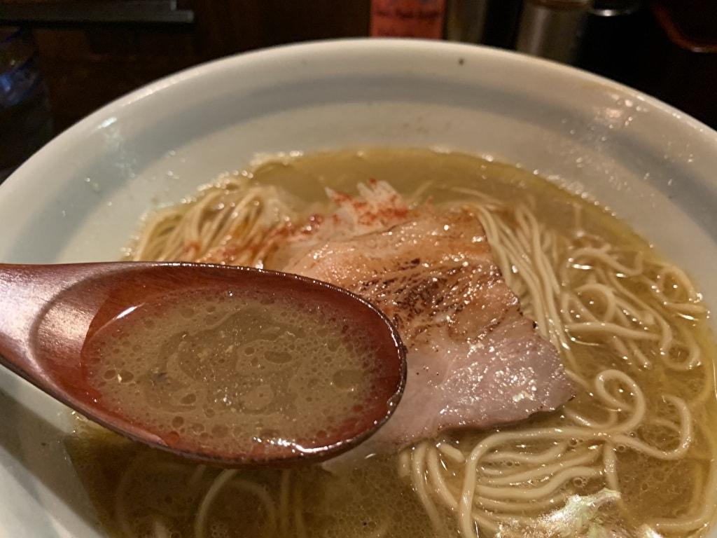 煮干そば藍の濃い煮干そばスープ