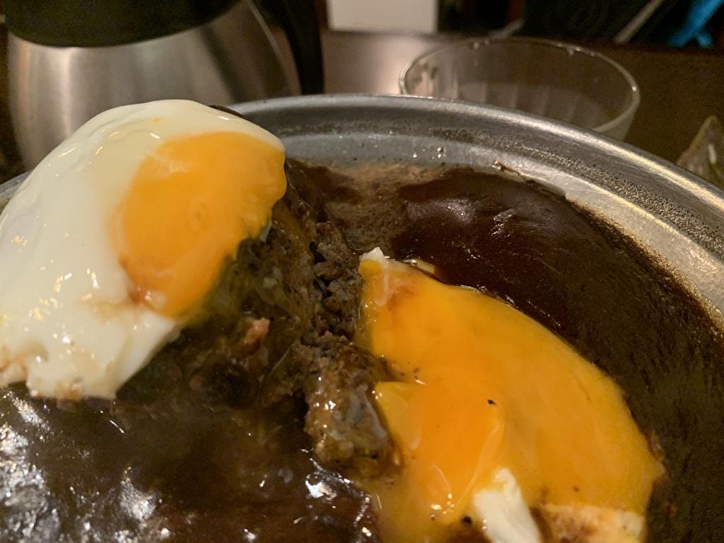 グリルデミのプレミアムビーフハンバーグ卵割り