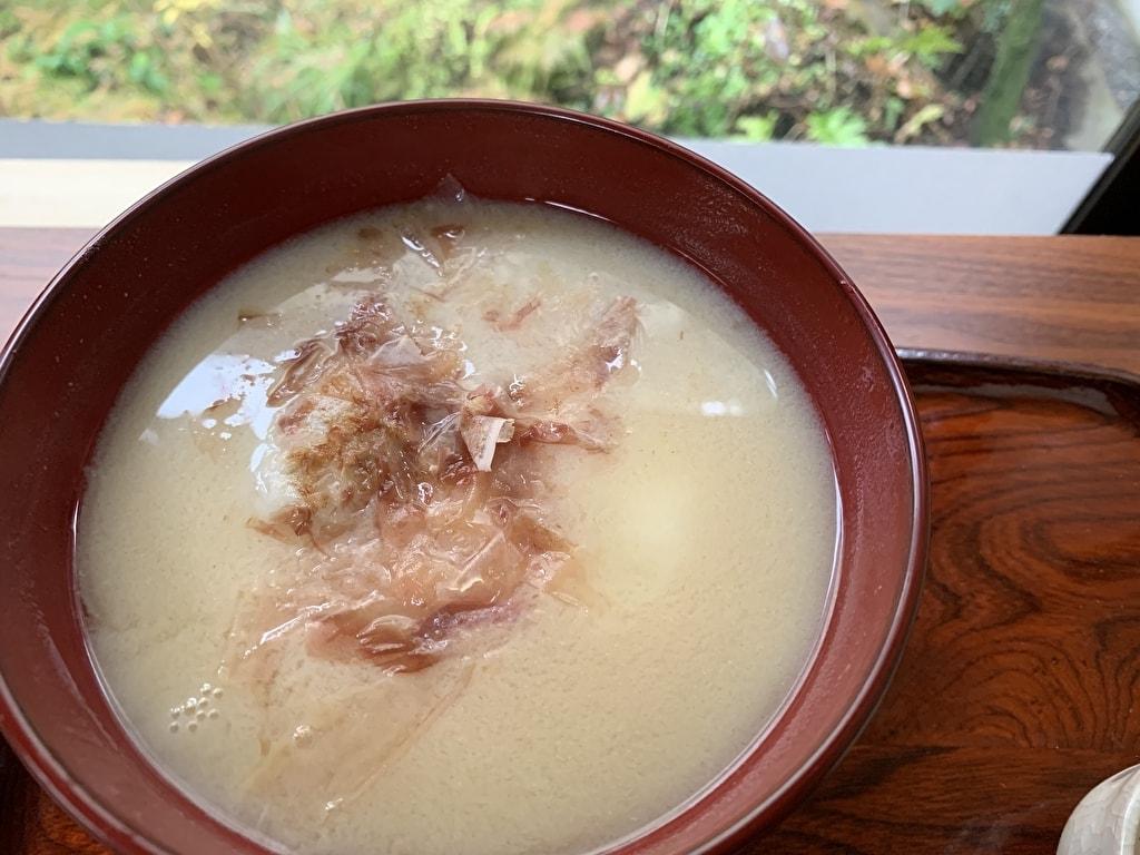 中村軒の白味噌雑煮鰹節投入