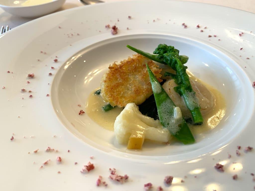 レストラン山崎の帆立貝のポワレ、木村秋則さんのりんごとシードルのソース近影