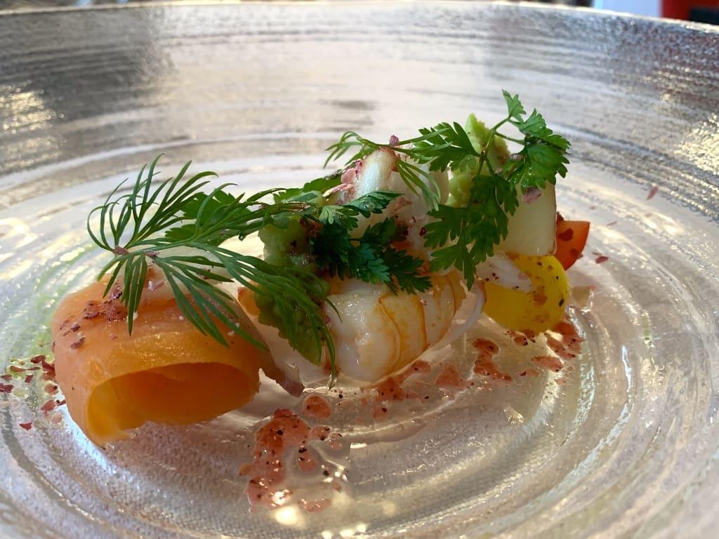 レストラン山崎の旬の魚介類と小野菜色々とりんごの彩り近影