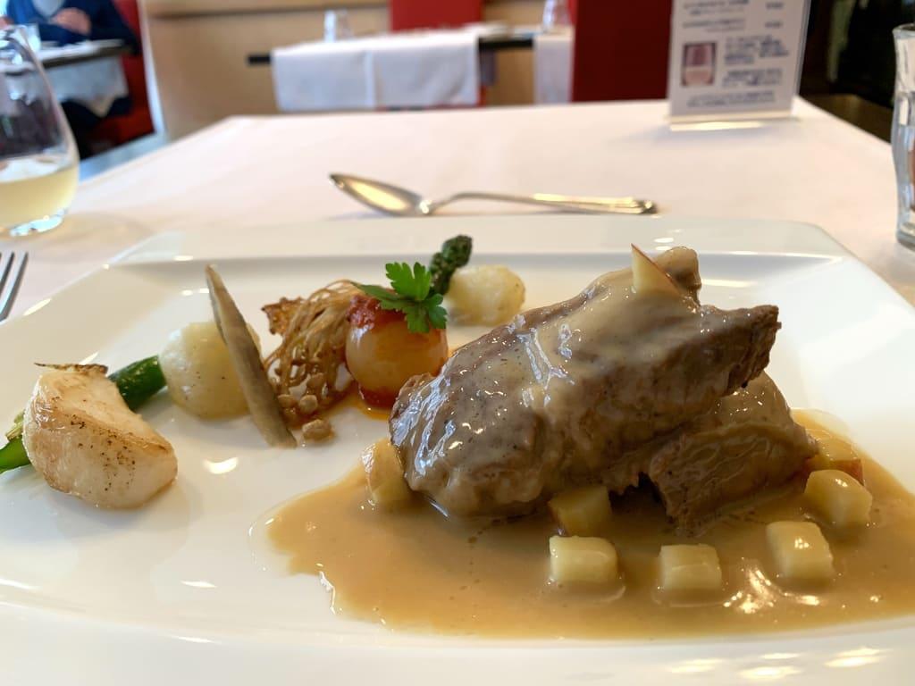 レストラン山崎の長谷川自然牧場産熟成豚肩肉、奇跡のりんご果汁煮込み近影