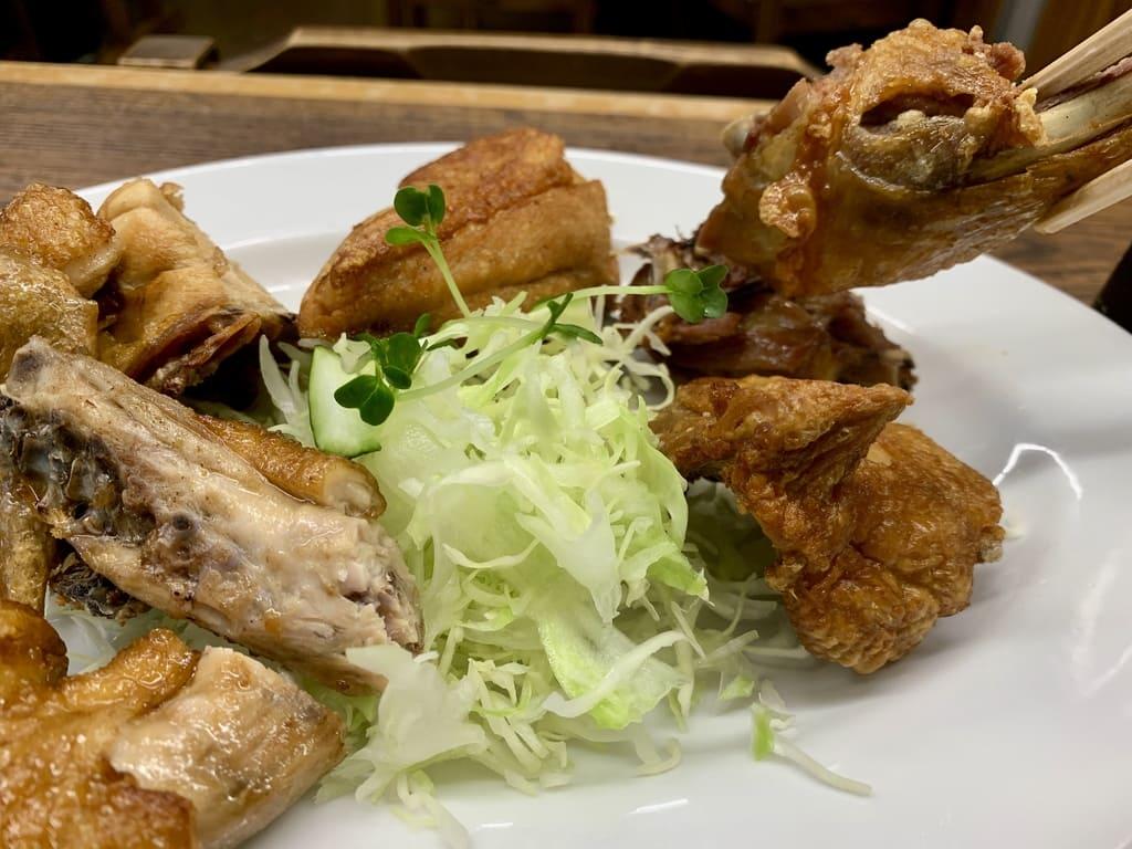 Comida real de pollo frito en la tienda principal de Ippotei