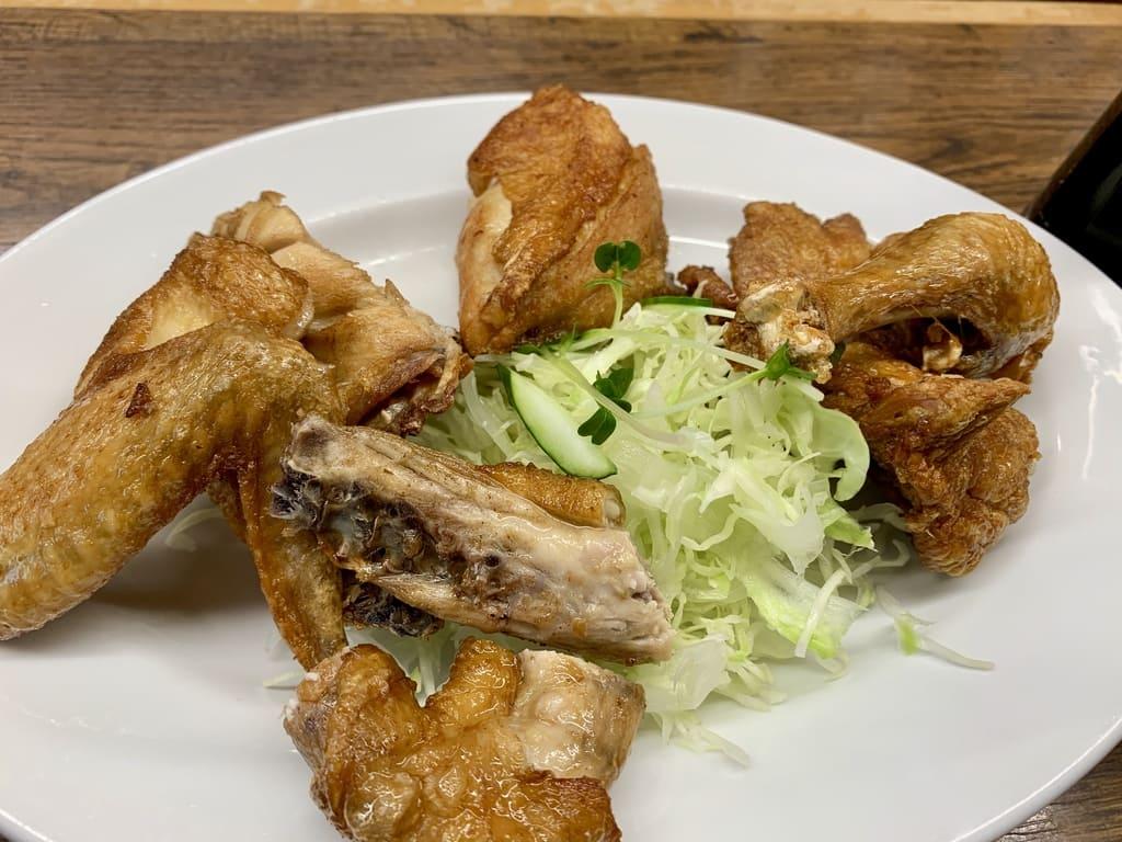 Pollo joven frito en la tienda principal de Ippotei