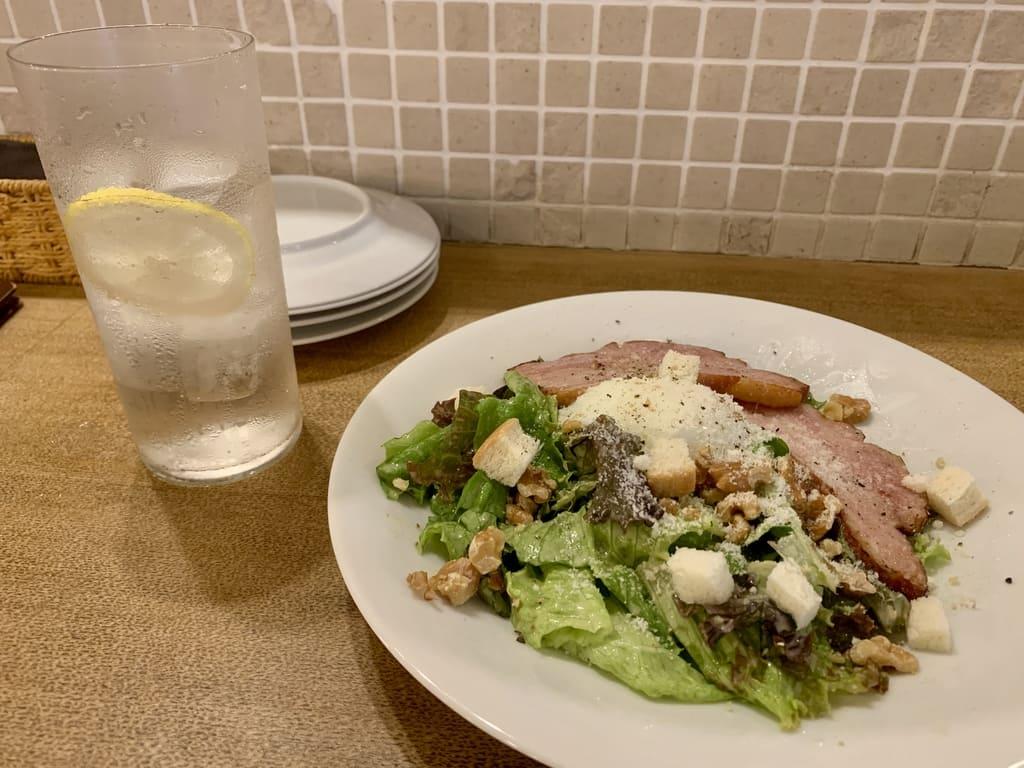 ピッツェリアVIVOの窯焼きベーコンとクルミのサラダ