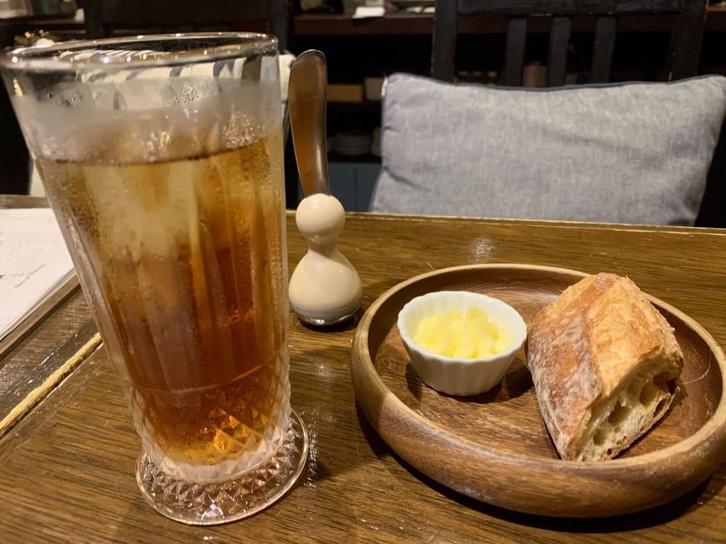 イカリヤ食堂の烏龍茶とバゲット