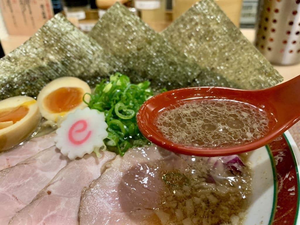 セアブラノ神 壬生本店の特製背脂煮干そばスープ