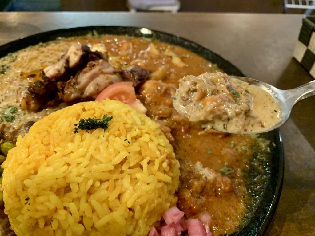 カオススパイスダイナー大阪店のあいがけカレー実食2