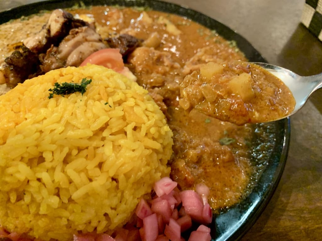 カオススパイスダイナー大阪店のあいがけカレー実食1