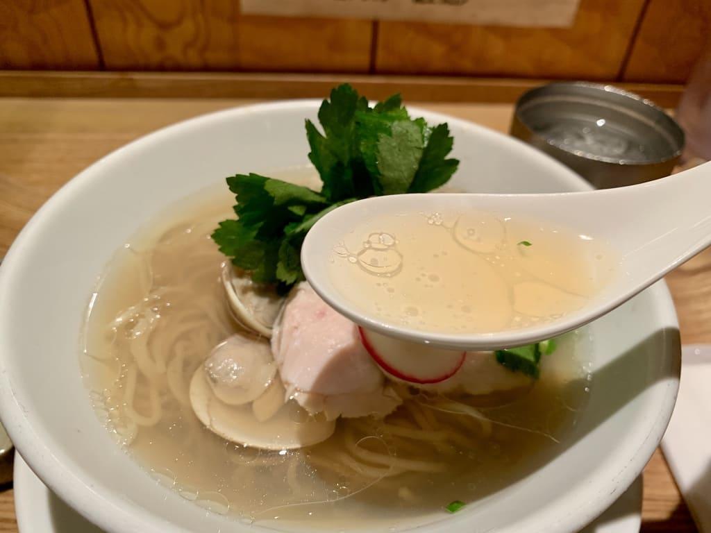 銀座 篝ルクア大阪店の蛤と牡蠣 汐sobaスープ