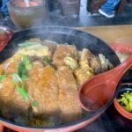 Abrindo a grande tampa do Katsudon no restaurante da fronteira