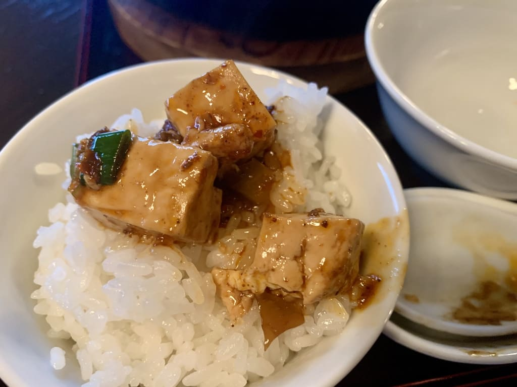 Zezekan Pocchiri Sichuan Mapo Tofu colocado no arroz