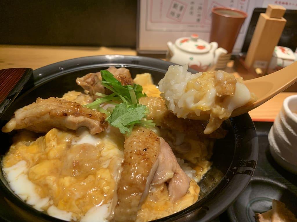 """อาหารที่แท้จริงของ Hinai Jidori Oyakodon """"Goku"""" ของ Honke Abeya"""