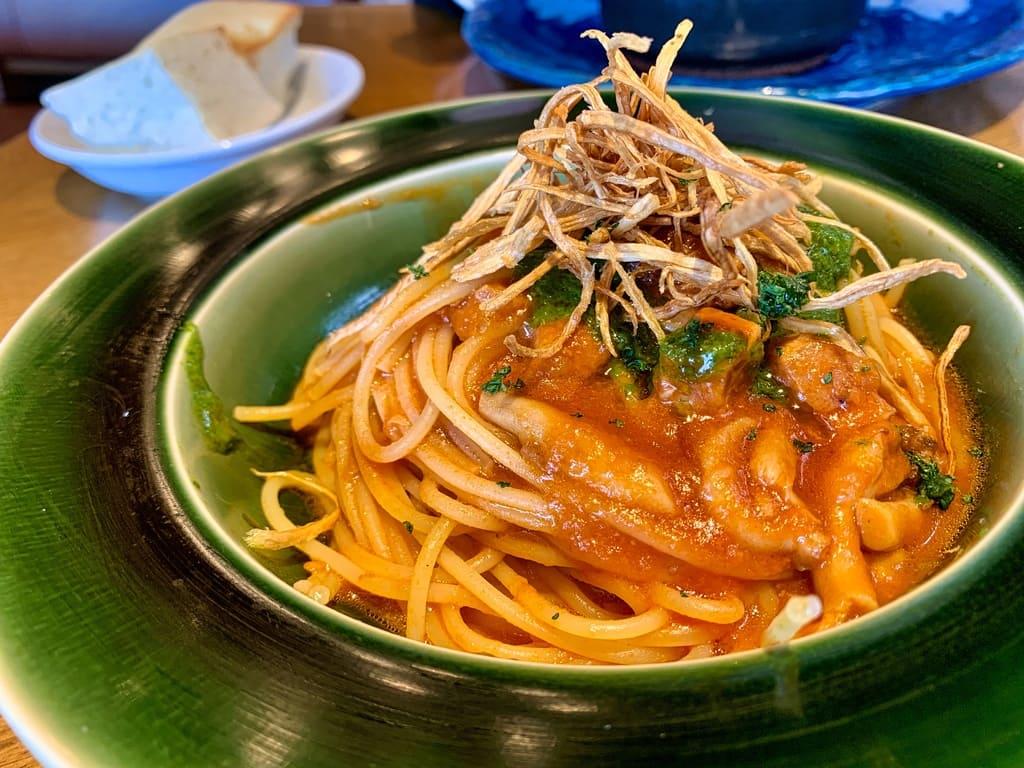 Daging panggang arang pohon burung dan saus tomat jamur