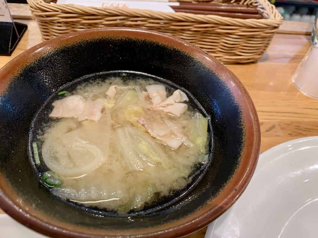 Sopa de cenoura grelhada de porco