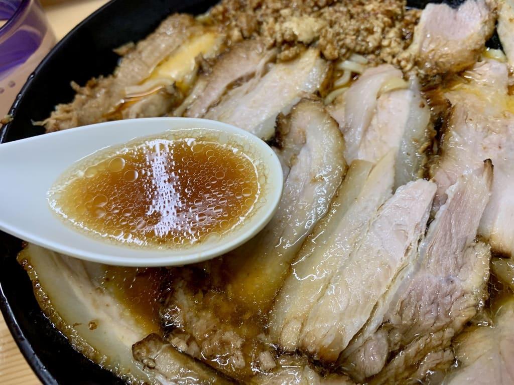 北大塚ラーメンの激辛チャーシュー麺スープ