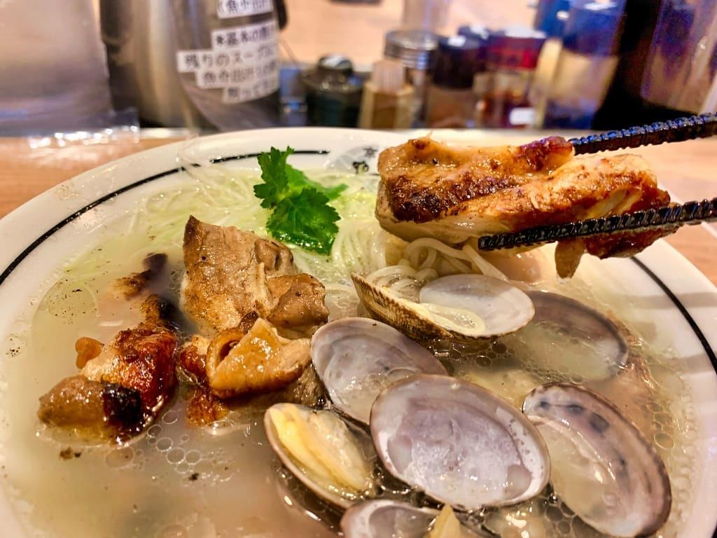 麺屋たけ井洛西口店の特製淡麗塩ラーメン鶏もも肉のグリル