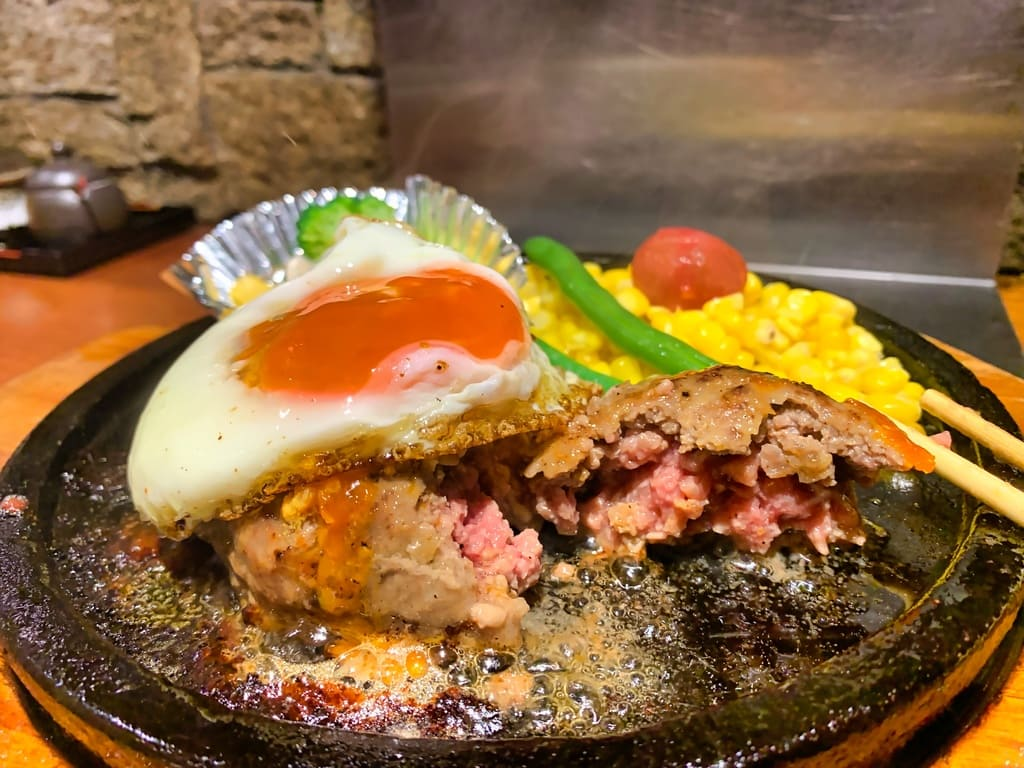 Comida de hamburguesa a la parrilla a la piedra de la tienda Manryo Higobashi