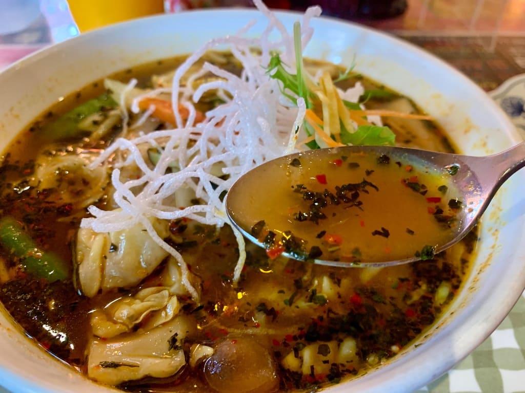 マジックスパイス札幌本店のチキンスープカレースープ