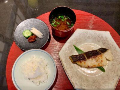 Ikan sablefish terbaik di Kyoto, nasi bakar terkuat, dan kaldu sup merah