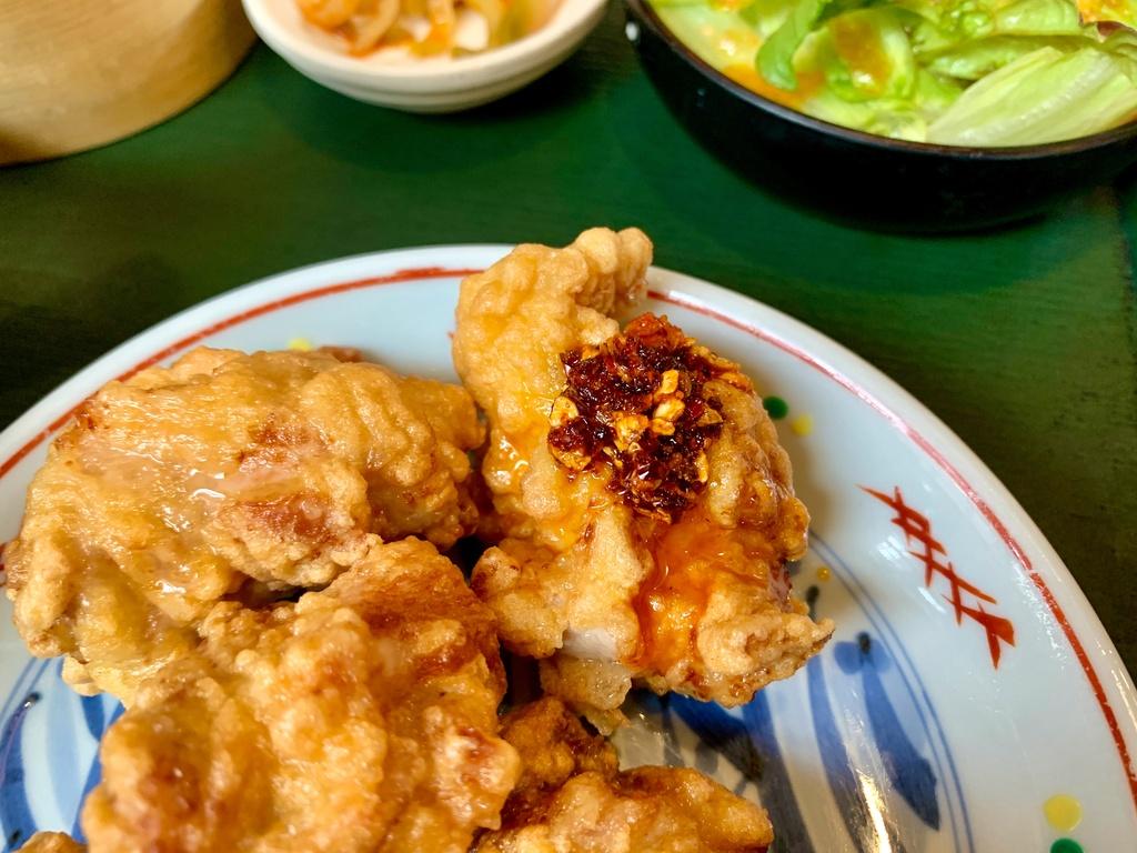 菜館Wongの地鶏の唐揚げプラス食べるラー油