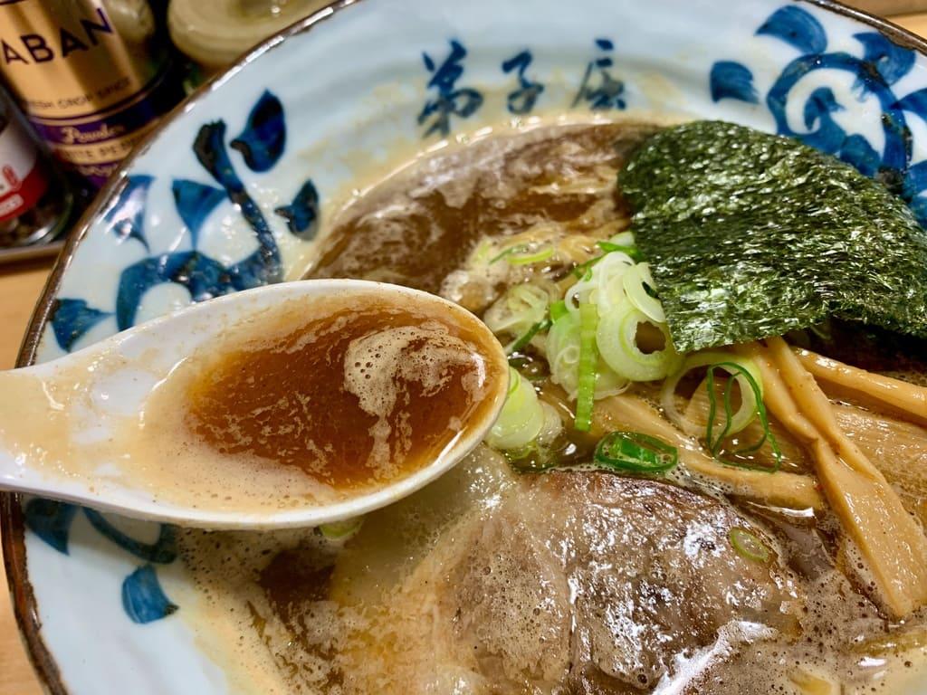 弟子屈ラーメン札幌ラーメン横丁店の魚介しぼり醤油スープ